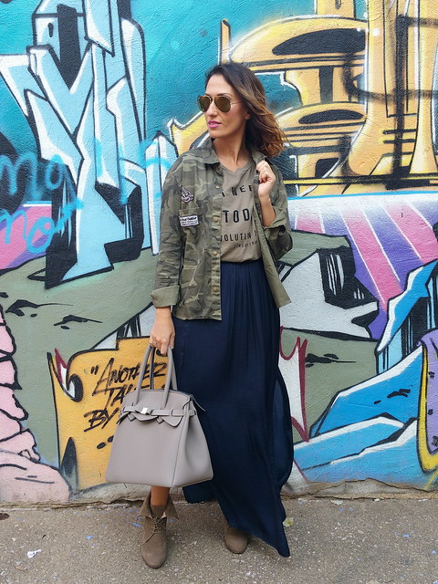 Militar, camiseta oversize verde, falda larga azul noche, botines con cuña, camisa camuflaje, bolso de neopreno, military, oversize military green T-shirt, blue long night skirt, booties wedges, camouflage overshirt, neoprene bag, Mango, Zara, Aliexpress, Save My Bag, Ray - Ban, Aristocrazy
