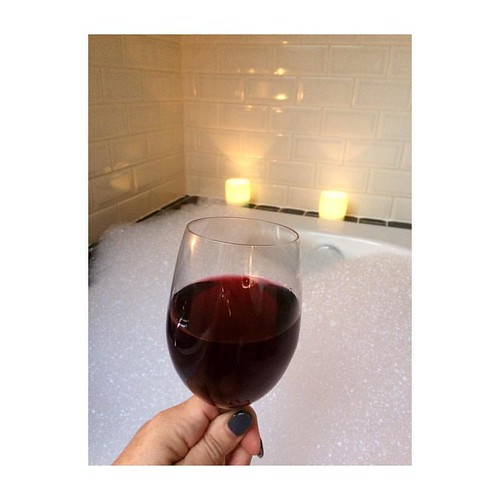 A hot bath... some candles... a fine red... and spotify... what a way to end the weekend 😊 love, Kathleen #blog #thegoodthefabandthelovely #blogger #belgianblogger #belgischeblogger #lazysunday #sundays #sunday #sunyay #bath #bathtime #bubbles #cand