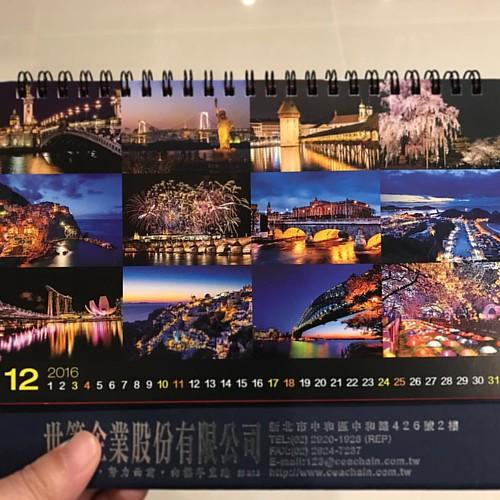 20161128 拿到廠商送的明年的桌曆 ㄧ年又將過去