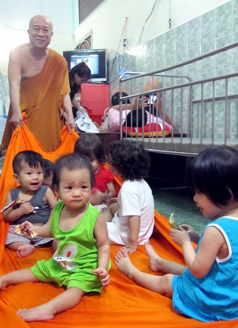 For the children, Ven Thien Chieu is the most important person in their lives (1280x929)