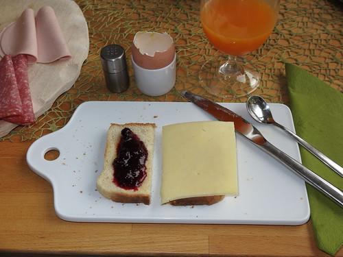 Jostabeer-Konfitüre und Gouda (Bio Edeka) auf Toast