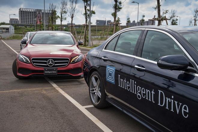 全新E-Class搭載智能停車輔助系統,無論倒車入庫或路邊停車,新手駕駛也能得心應手。