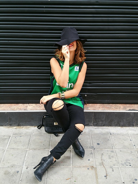 Varsity, Divina Seguros Joventut, verde esmeralda, pantalones negros rasgados rodillas, botines negros hebillas, tacón de aguja, punk, sombrero fedora, bandolera de piel retro, cocodrilo, labios rojos, emerald green, black pants ripped knee, black ankle boots, buckles, stiletto heels, fedora hat, retro leather shoulder bag, crocodile, red lips, Stradivarius, El Corte Inglés, Gloria Ortiz, Uno de 50, Shein, The Code, Bimba & Lola,