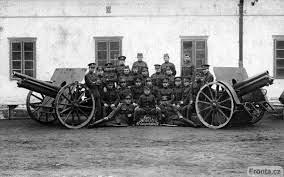 Artilleros y sargentos en Leopoldov en 1925, a la derecha un Obús Skoda vz 14-19 y a la izquierda un cañón ligero vz 17