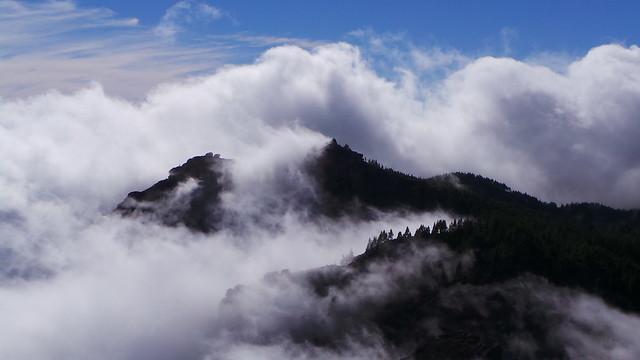 El Mar de Nubes con El Roque Nublo y El Teide al fondo en Gran Canaria.
