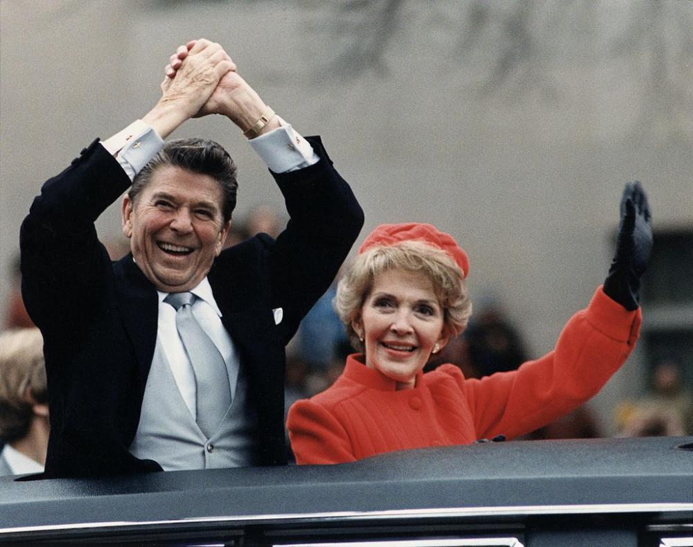 -ريغان، السيدة الأولى، والرئيس ريغان في الموكب الافتتاحي عام 1981