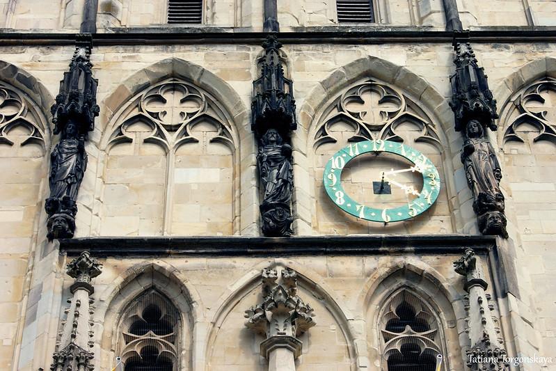 Часы над входом