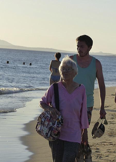 lala et clem sur la plage de Plaka
