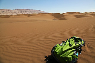 My daypack on the Kumtag Desert クムタグ砂漠とデイパック
