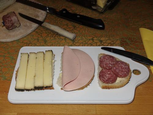 Weißbrot mit Kräuterkäse, Fleischwurst und Salami