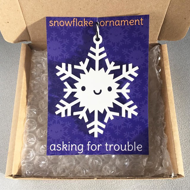 The cute little shipping boxes arrived for my snowflake ornaments ❄️📦❄️ These will finally be available tomorrow I think!