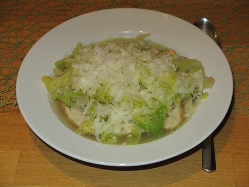 Italienische Wirsingsuppe mit Brot und Parmesan