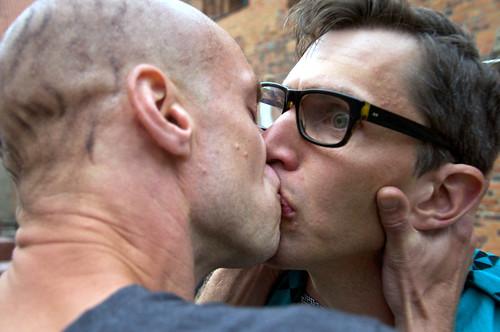 Ovälkommen kyss. Brutus (Pontus Plænge) möter en vålnad (Andreas Forner Lindal).