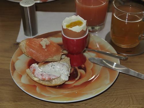 Garnelen in Dillsoße und Lachs mit Meerrettich auf Brötchen zum Frühstücksei