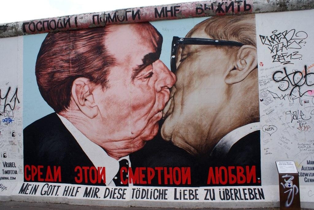Fresque sur la East Side Gallery dans le quartier de Friedrichshain à Berlin : Le fameux smack communiste entre dignitaires.