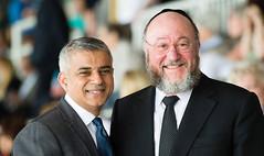 Sadiq Khan y rabino Ephraim Mirvis (Memorial Holocausto, 8-5-2016)