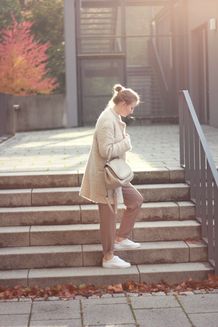outfit autumn lights beige all over coat trousers sneaker bag