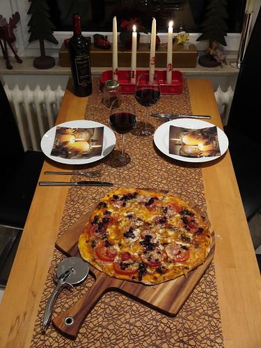 Pizza mit Salami, Oliven, Büffel-Mozzarella und frischen Tomaten