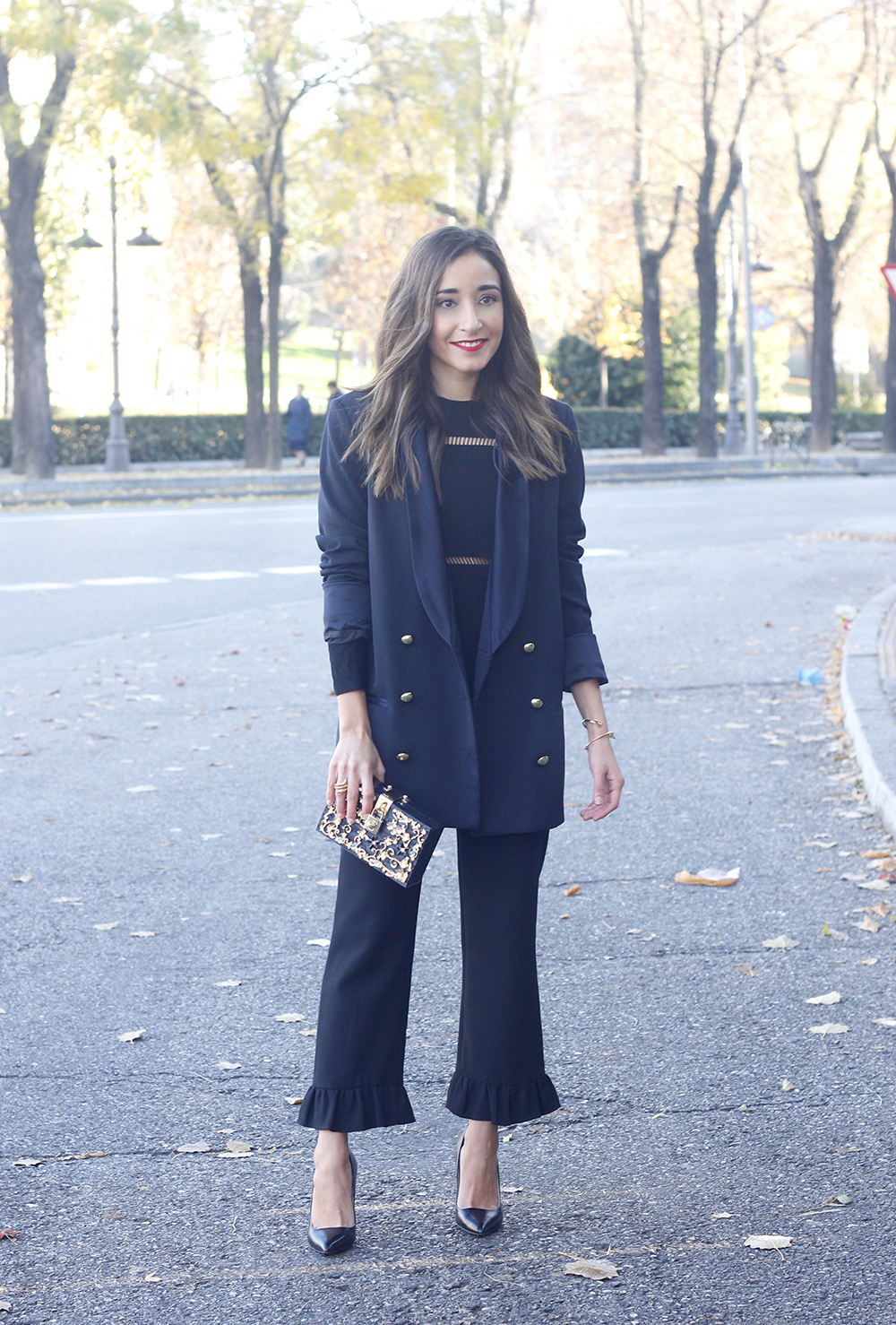 Black trousers with a ruffle on the bottom uterqüe bag accessories black heels blazer outfit style fashion01