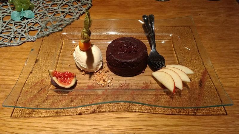 Halbflüssiges Schokoladentörtchen an Vanilleeis