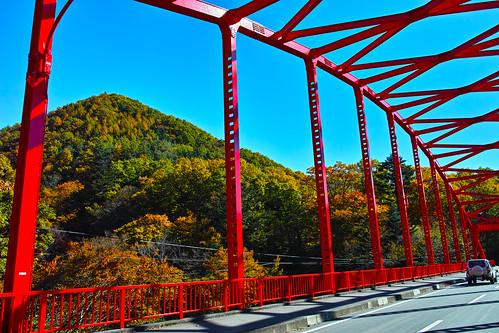 赤い鉄橋と紅葉