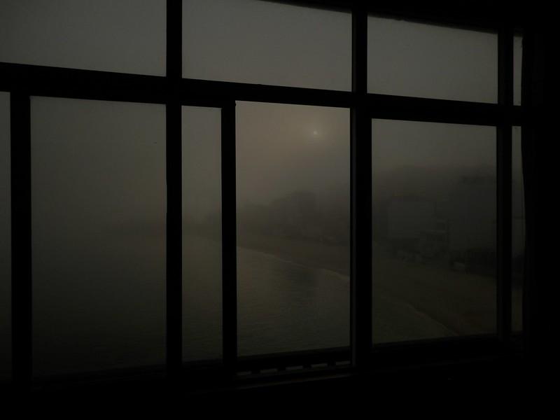 Amanece en día de niebla
