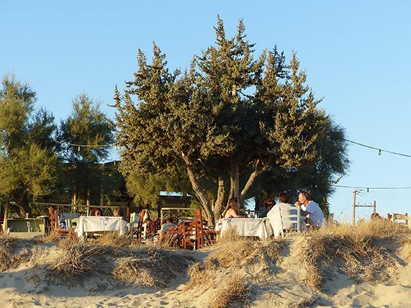 taverne dans les dunes à Plaka