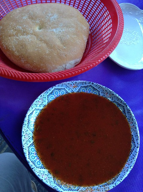 摩洛哥面包和辣椒汤