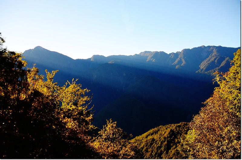 卡拉寶山南稜西南望奇萊東稜