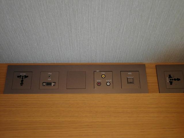 桌邊有各式接頭,不過我只有用到電源插座@台中日月千禧酒店