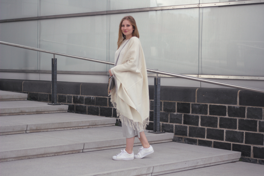 outfit silver culottes autumn pullover cosy cape sneaker fashion look blog