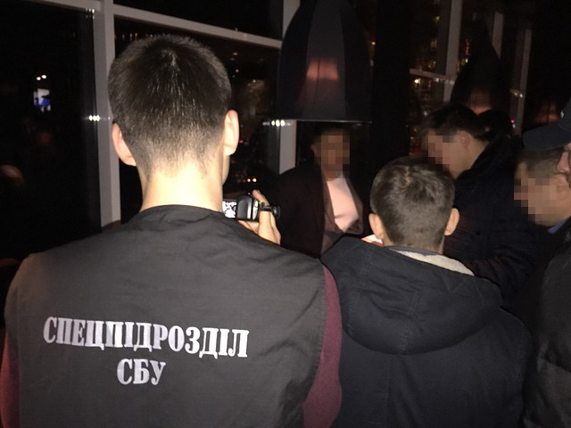 СБУ затримала посадовців військового концерну за вимагання 900 тисяч доларів з одеських підприємців