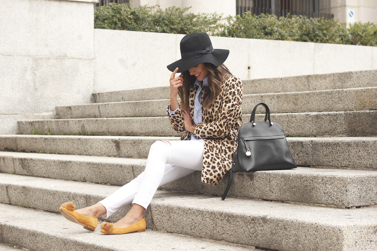 Leopard print coat white ripped jeans flats accesories black hat furla bag aristocrazy ring outfit style16