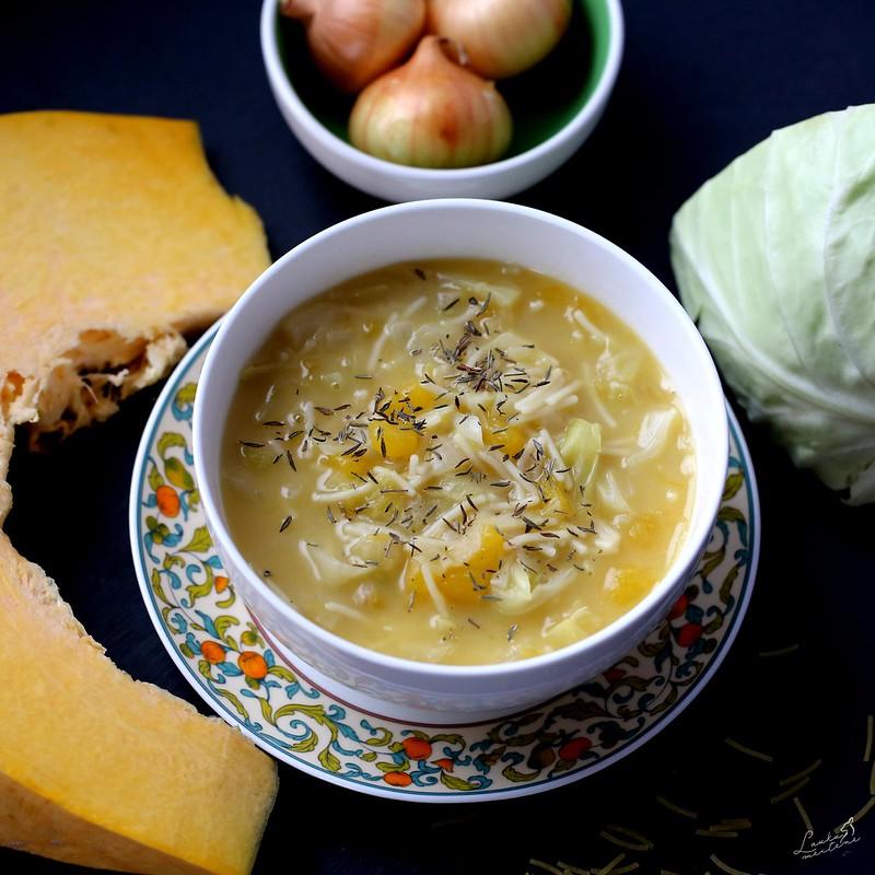 Ķirbju, kāpostu un makaronu zupa