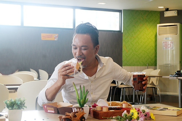 Jollibee Creamy Floats Coffee Chocolate Enzo Pineda Lifestyle blogger Duane Bacon