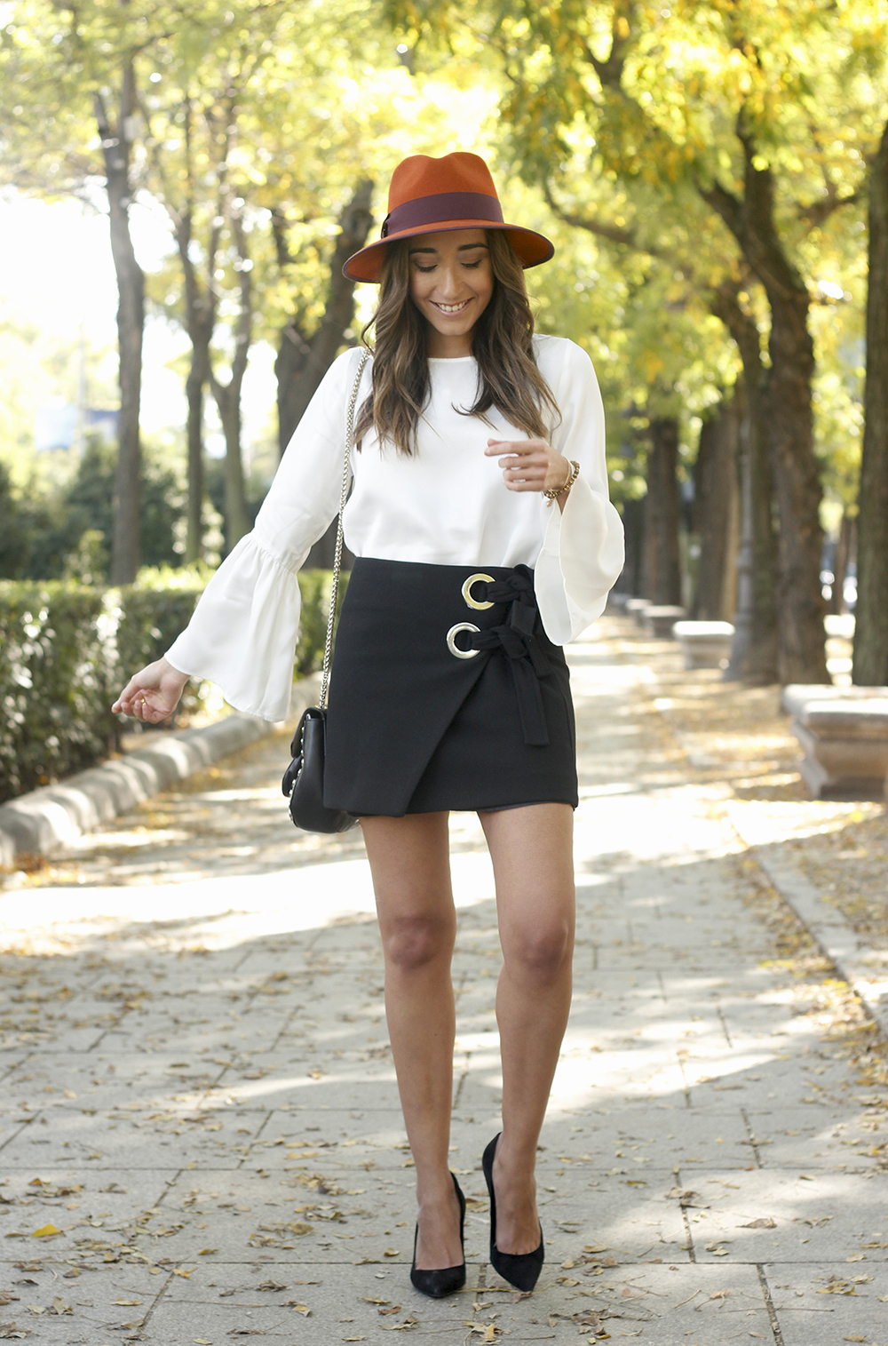black shirt heels uterqüe hat Blouse with flared sleeves accessories style fashion outfit09