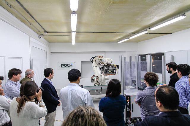 Socios del Centro de Innovación UC visitan laboratorio de robótica de POCH