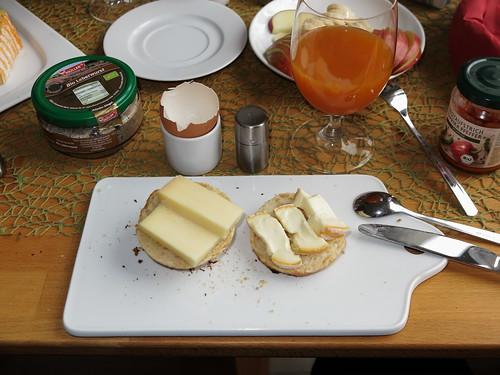 Landana Organic und Vacherouse Argental auf frisch gebackenen Brötchen