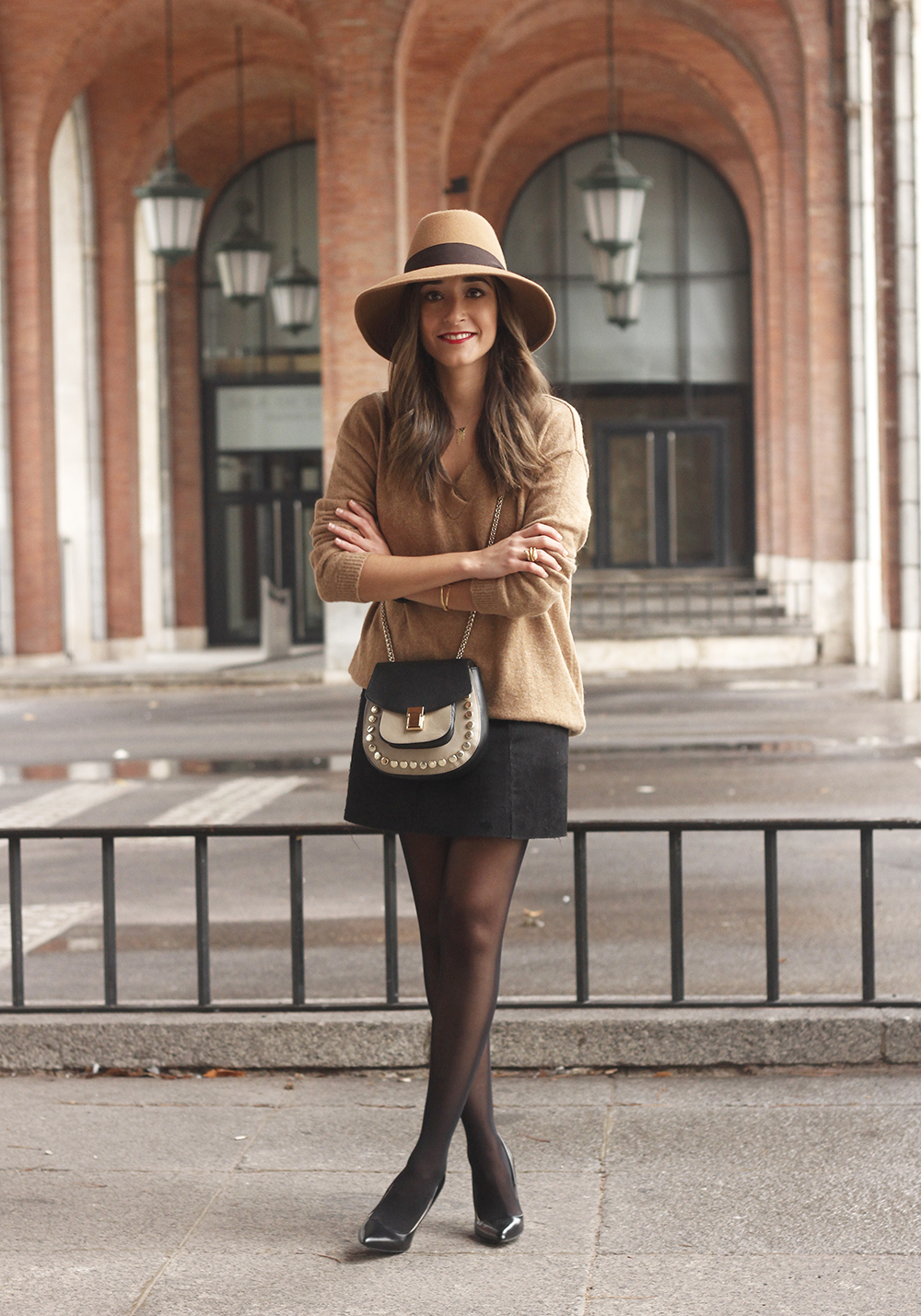 Brown Jumper Brown Hat Uterqüe Black heels Black skirt fall style outfit fashion02
