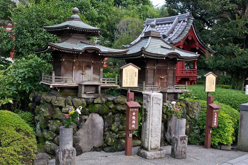 Mini shrines, Tokyo, Japan | packmeto.com