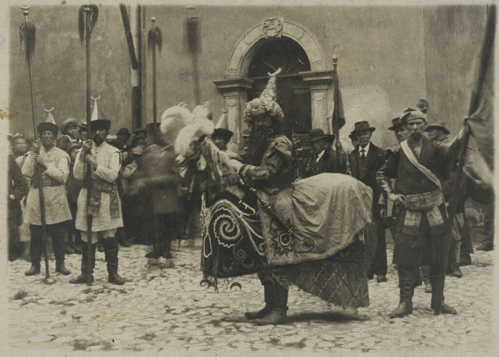 Tradition lié à la légende du Lajkonik, un homme cheval représente les Tatars et vient bientôt recevoir des coups de batons.