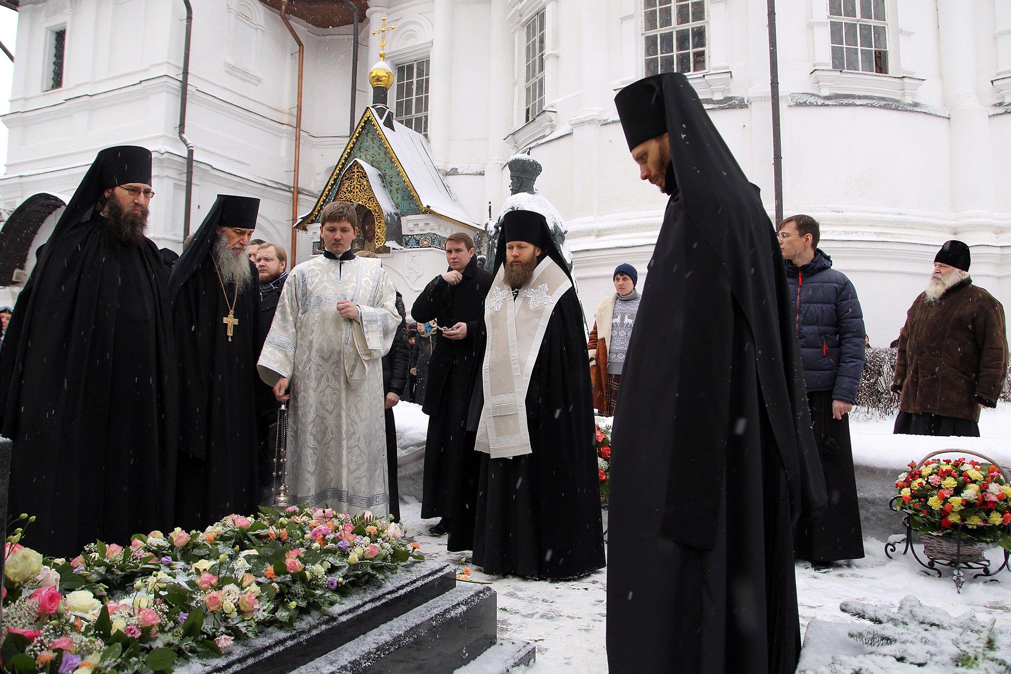 У могилы первого наместника возрожденного монастыря совершено поминальное богослужение