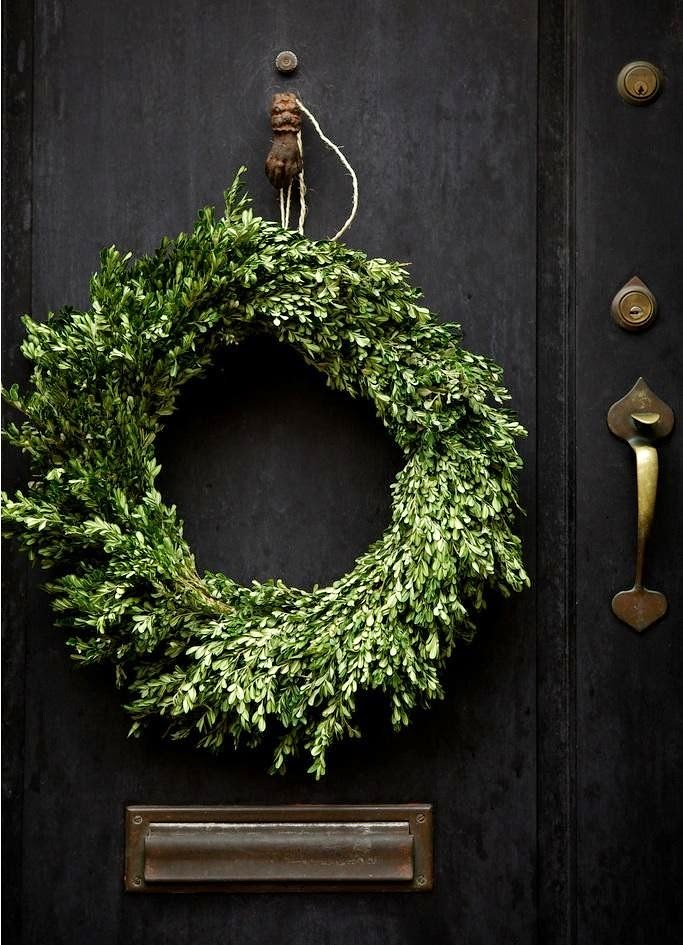 Front-Stoop-Christmas-Decorations-Wreaths-Gardenista-15