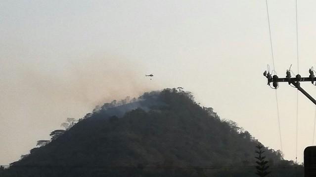 Helicóptero equipado con bambi bucket ayuda a mitigar los incendios