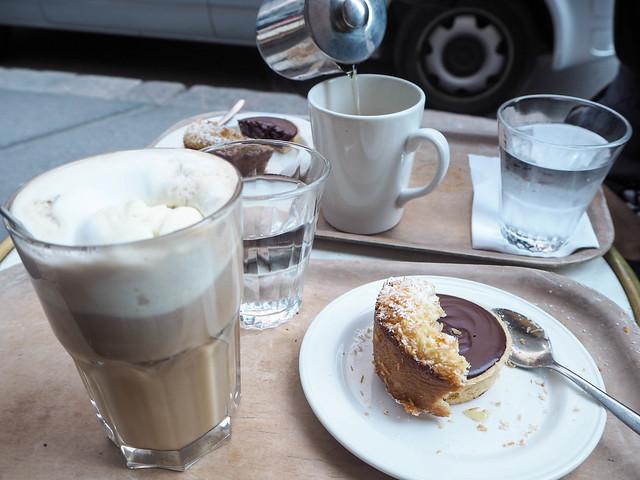 cafe succes, kahvila, cafeteria, helsinki, suomi, finland, korkeavuorenkatu, visit finland, visit helsinki, inspiration, hyvä kahvila, good cafe, parisian vibes, cafes, helsinki tips, kahvilat, paras, best, terassi, terrace, syksy, autumn, perinteinen, elegantti, kaunis, leivonnaiset, pastry, pastries, paris moment in the middle of helsinki, suositus,recommendation, tee, tea, chocolate cake, suklaakakku, sitruunakakku, lemon cake, ice cream coffee, jäätelökahvi, marble table, like in paris, terrace on fall,ullanlinna,