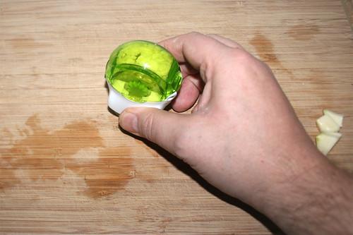 16 - Knoblauch zerkleinern / Mince garlic