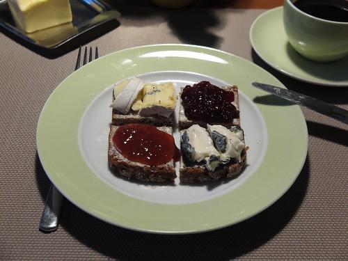 Blauschimmelkäse, Cabrisac, Erdbeermarmelade und Süßkirschmarmelade auf NW-Brot