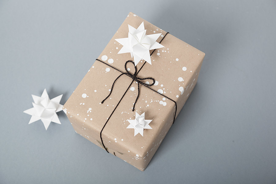 DIY Papel de regalo en 5 min · DIY Make Your Own Wrapping Paper · Fábrica de Imaginación · Tutorial in Spanish