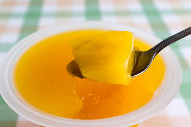 たらみ とろける味わい マンゴージュレ、マンゴーをすくう