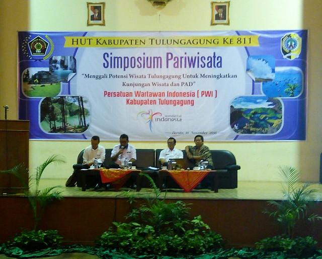 Suyitno Arman bersama para narasumber dalam kegiatan Simposium PWI Tulungagung (16/11)